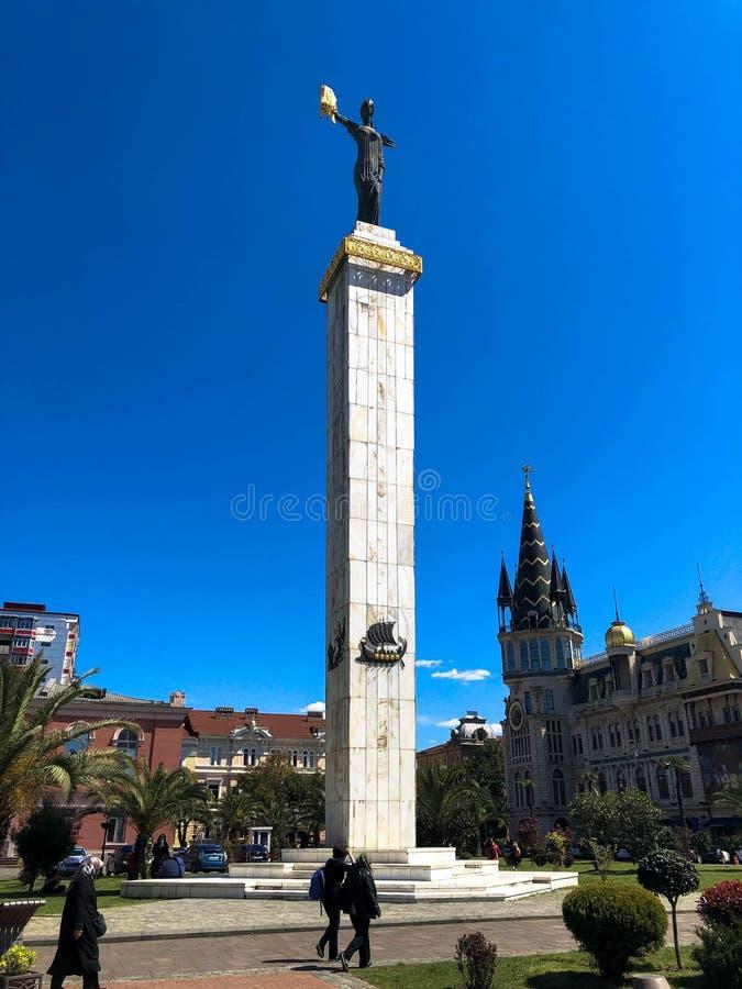 O quadrado de Europa, igualmente conhecido como o quadrado do Argonaut, é uma grande estátua bonita alta de Medea Batumi, Ge?rgia fotografia de stock