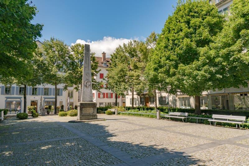 O quadrado de Regierungsplatz na cidade velha histórica de Chur em Suíça com a estátua memorável de Vazerol fotografia de stock