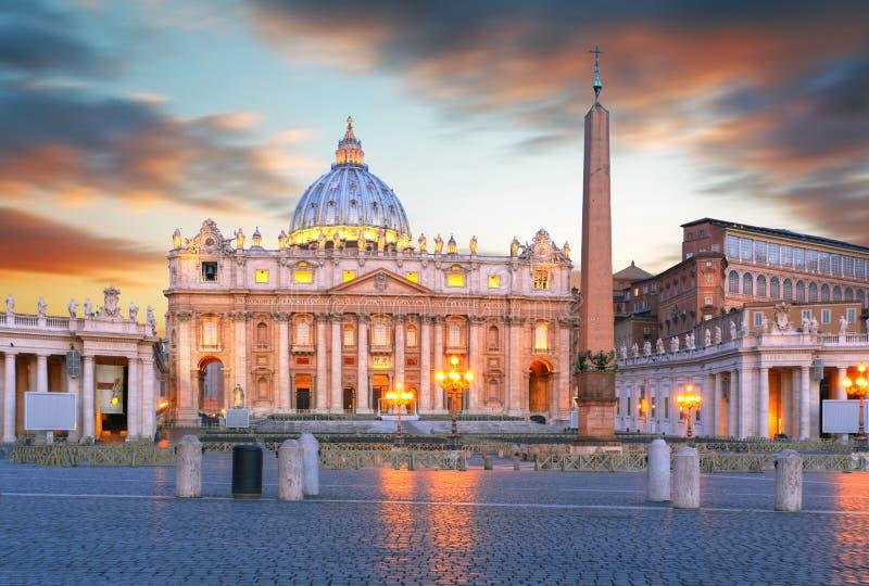 O quadrado de St Peter no por do sol, Cidade Estado do Vaticano imagens de stock