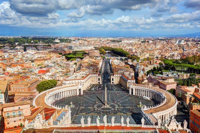 O quadrado de St Peter, praça San Pietro em Cidade Estado do Vaticano Roma, Itália no fundo foto de stock royalty free