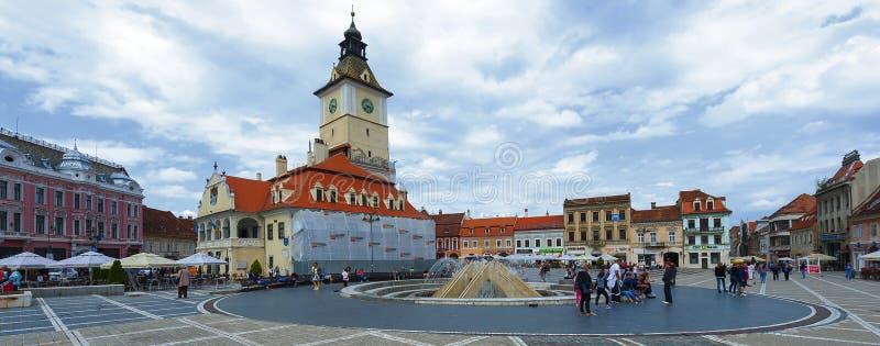 O quadrado do Conselho de Brasov é centro histórico da cidade imagens de stock royalty free