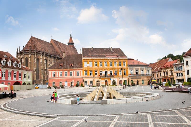 O quadrado do Conselho dentro na cidade, Brasov, Romania. foto de stock