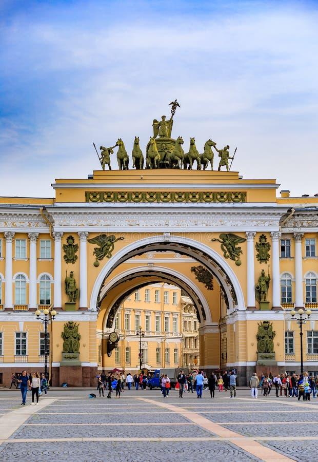 O quadrado do palácio e Triumfalnaya Arka ou arco de Triumph construíram em comemoração da vitória sobre Napoleon em St Petersbur imagem de stock