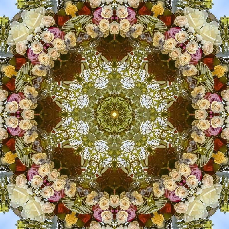 O quadrado Muted tonificou - abaixo das flores vermelhas e amarelas brancas no arranjo circular no casamento em Califórnia foto de stock