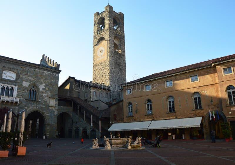 O quadrado principal velho chamou Praça Vecchia, a sede antiga da administração, cidade superior, Bergamo, Itália fotografia de stock