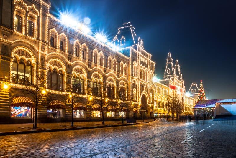 O quadrado vermelho e Moscou indicam o armazém (GOMA) na noite. fotos de stock
