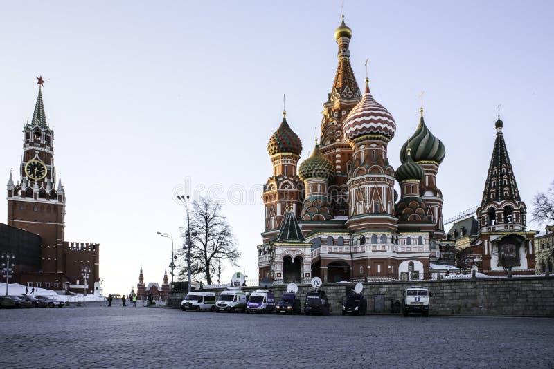 O quadrado vermelho no por do sol, a catedral do ` s da manjericão do St e o Spassky elevam-se imagens de stock