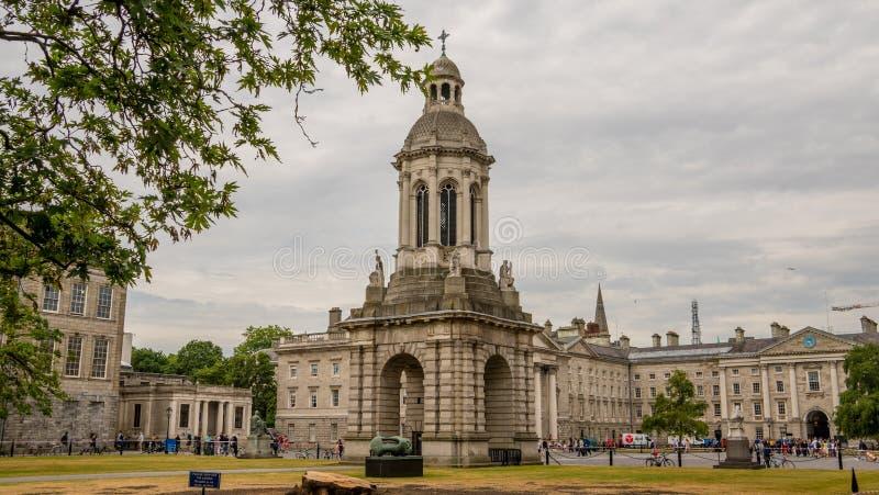 O quadrilátero ou o pátio na faculdade da trindade em Dublin fotos de stock royalty free
