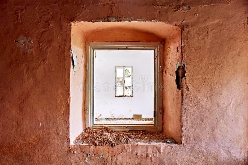 O quadro de janela velho com vidro quebrado é moldado por um outro quadro de janela fotos de stock royalty free