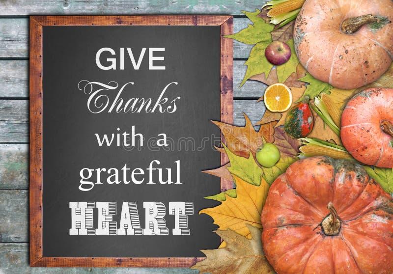 O quadro de madeira e os frutos e dão agradecimentos com um coração grato foto de stock