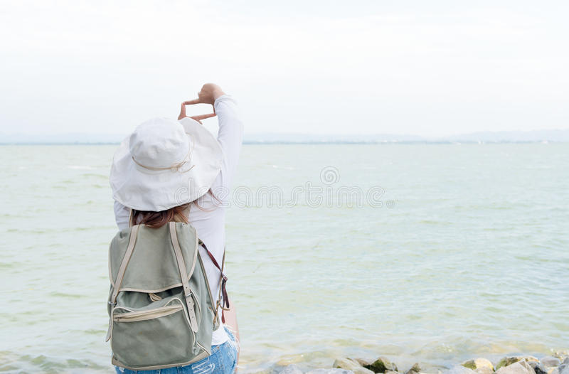 O quadro do dedo da mostra da jovem mulher do moderno para toma a represa da imagem fotos de stock
