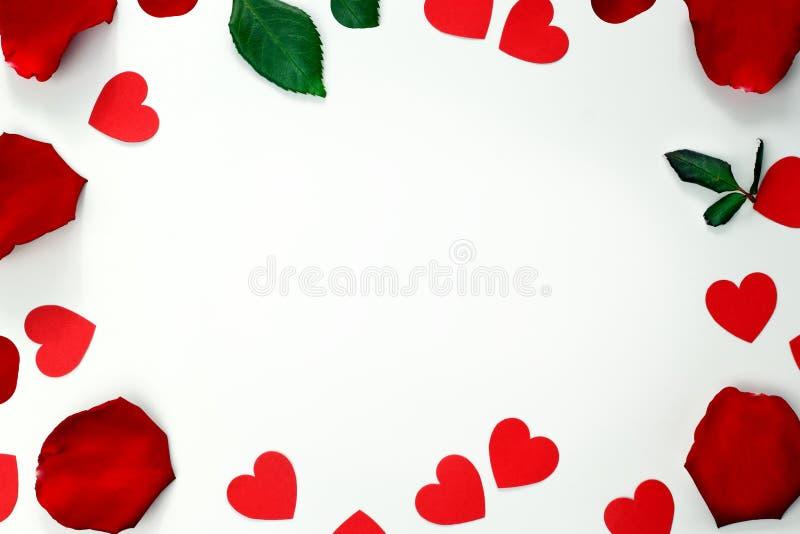 O quadro dos corações e as rosas vermelhas florescem com pétalas verdes em um cartão branco do fundo Cart?o do dia de Valentim Vi foto de stock royalty free