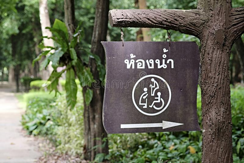 O quadro indicador tailandês diz a maneira ao toalete acessível ilustração stock