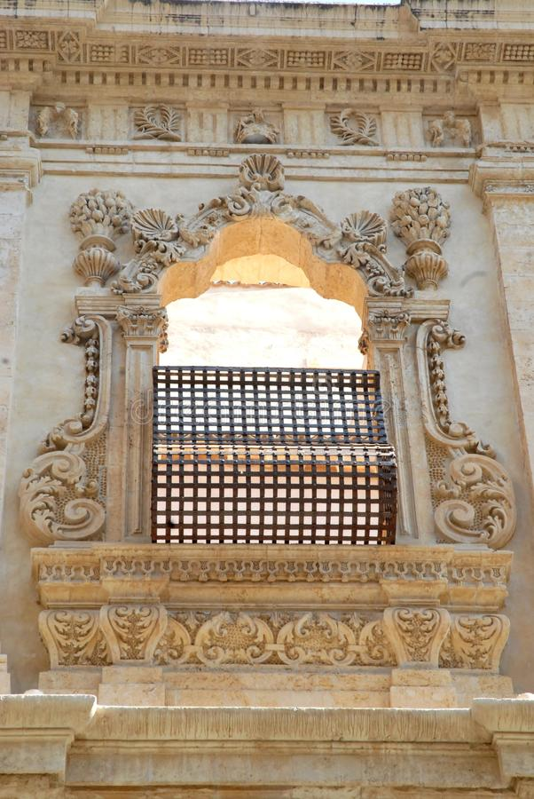 O quadro maravilhoso da janela a Ragusa em Sicília foto de stock royalty free