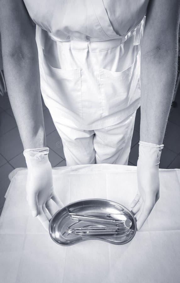 O quadro na enfermeira da odontologia prepara as ferramentas v?deo de movimento 4K lento foto de stock