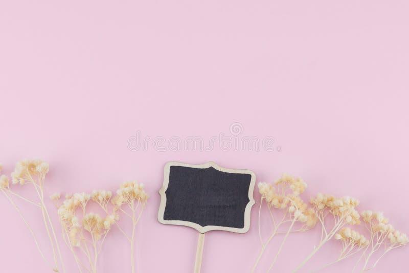 O quadro-negro minúsculo decora com as flores secadas branco fotos de stock royalty free