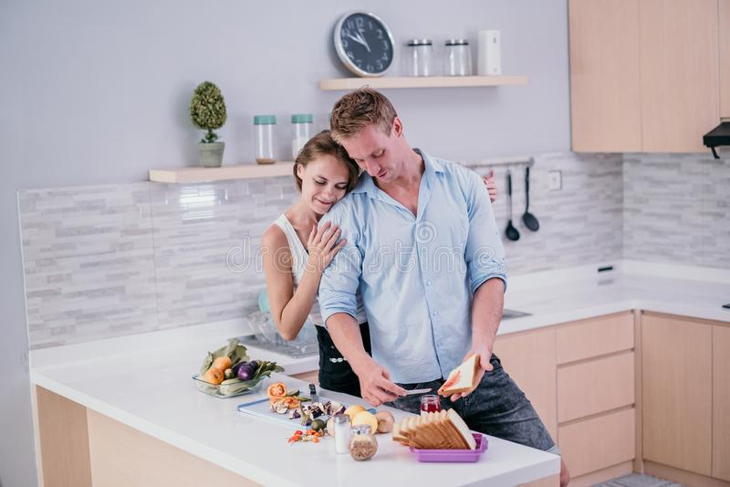 O quando de aperto e de sorriso dos pares românticos fizer o café da manhã imagem de stock royalty free