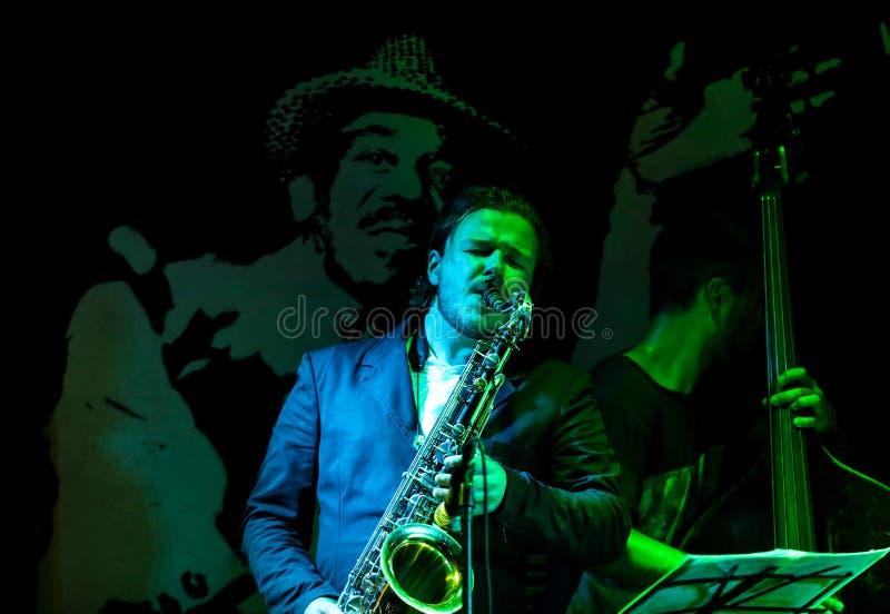 O quarteto de Kuba Pluzek executa vivo no verão Jazz Festival em Krakow imagem de stock