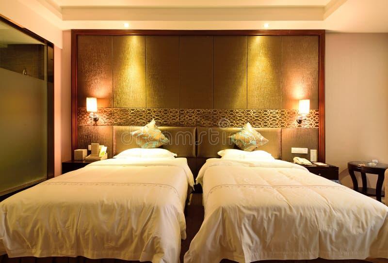 O quarto duplo padrão em um hotel imagem de stock