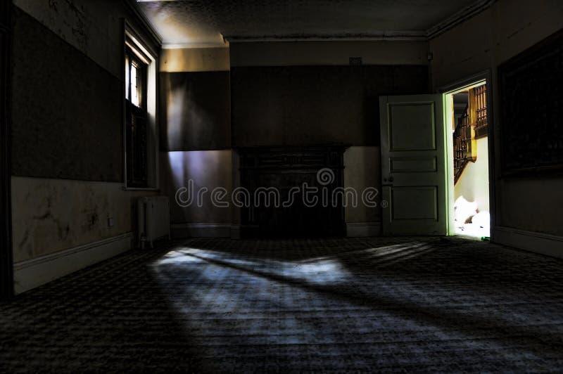O quarto escuro foto de stock