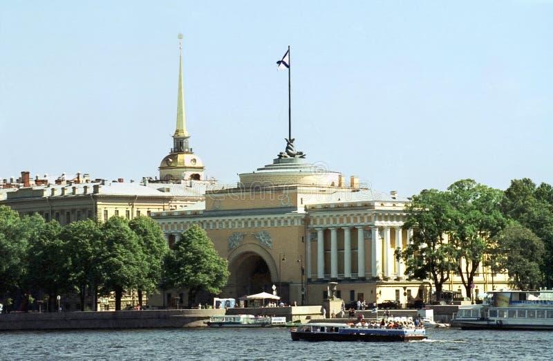 O quay de Admiralty do rio Neva imagens de stock royalty free