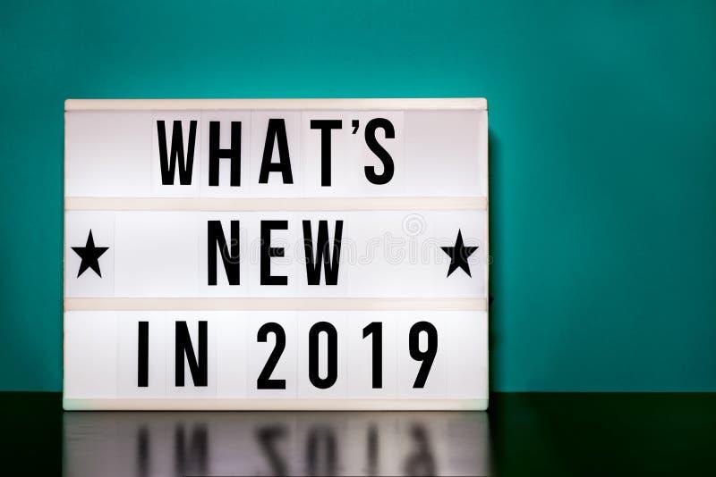 O que é em 2019 o sinal novo - rotulação do estilo do cinema no fundo da caixa leve & do aqua imagem de stock royalty free