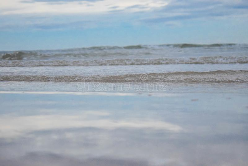 O que é refletido no mar é o céu azul Cha-está sobre praia em Tailândia imagem de stock