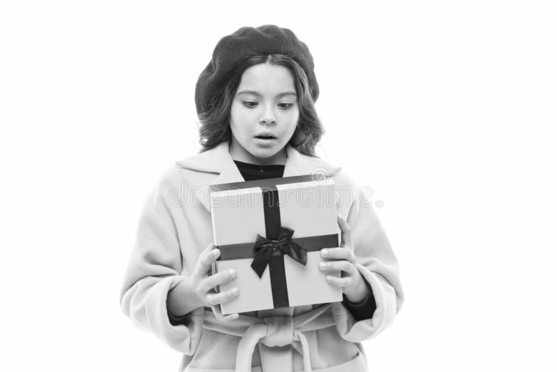 O que ? escondido sob o envolt?rio menina parisiense pequena compra do prazer O dia das crian?as Estilo de Fran?a Crian?a com imagem de stock