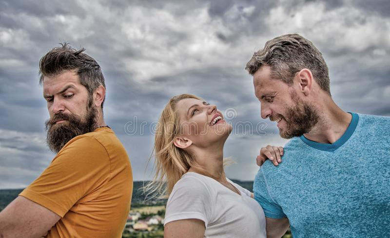 O que fazer quando se sente rejeitado Rapariga fica entre dois homens Casal e parceiro rejeitado Como superar a separação para fotografia de stock