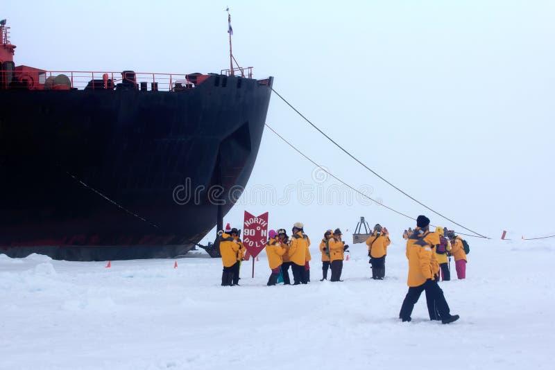 O quebra-gelo a energia nuclear tomou a expedição ao Polo Norte fotos de stock
