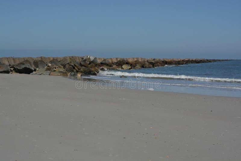 O quebra-mar do molhe na praia de Fernandina, parque estadual do rebitamento do forte, o Condado de Nassau, Florida EUA fotografia de stock