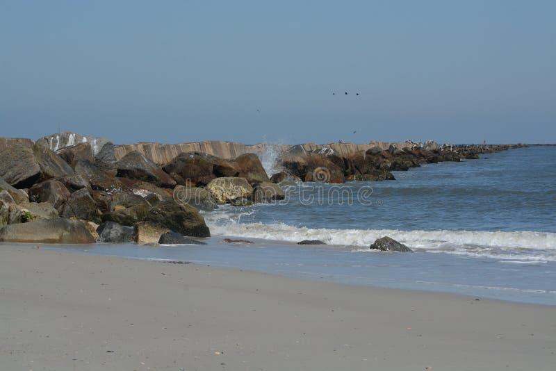 O quebra-mar do molhe na praia de Fernandina, parque estadual do rebitamento do forte, o Condado de Nassau, Florida EUA imagem de stock royalty free