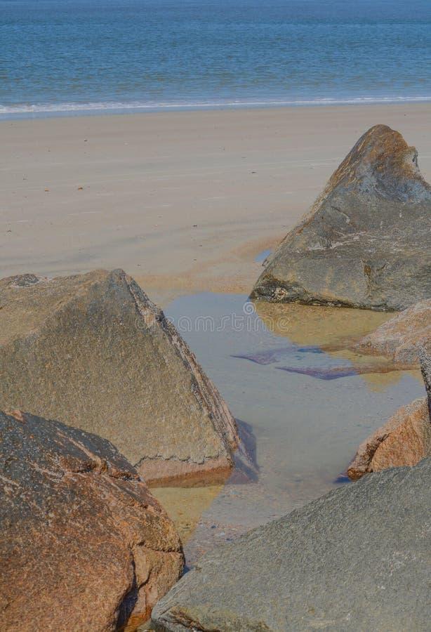 O quebra-mar do molhe na praia de Fernandina, parque estadual do rebitamento do forte, o Condado de Nassau, Florida EUA imagens de stock