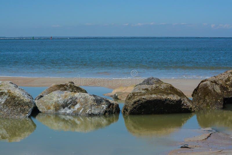 O quebra-mar do molhe na praia de Fernandina, parque estadual do rebitamento do forte, o Condado de Nassau, Florida EUA foto de stock royalty free