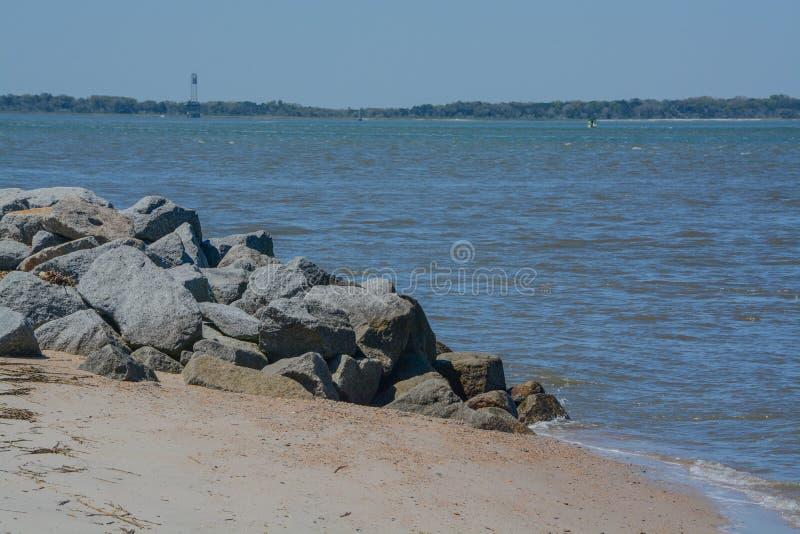O quebra-mar do molhe na praia de Fernandina, parque estadual do rebitamento do forte, o Condado de Nassau, Florida EUA fotografia de stock royalty free