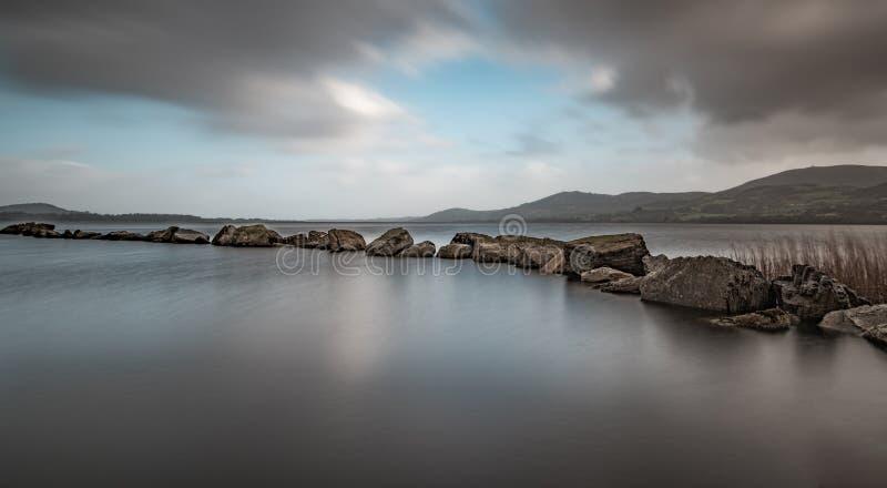 O quebra-mar no Lough Derg fotos de stock