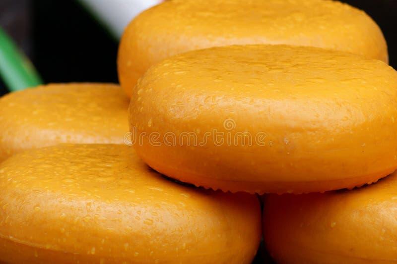 O queijo de Gouda arredonda-se na exposição e para a venda em Amserdam, Holanda fotografia de stock royalty free