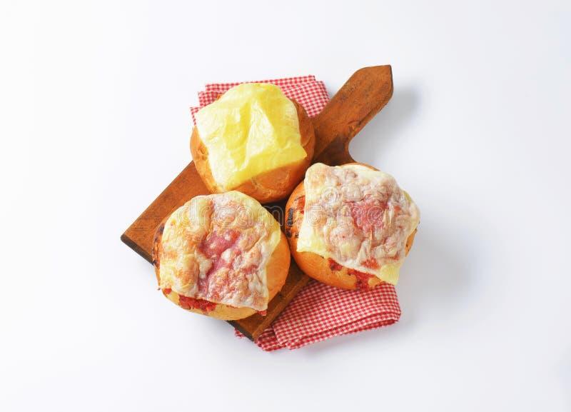 O queijo e o presunto cobriram bolos do pão fotografia de stock