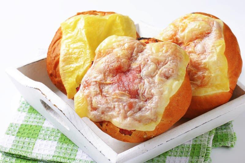 O queijo e o presunto cobriram rolos de pão foto de stock royalty free