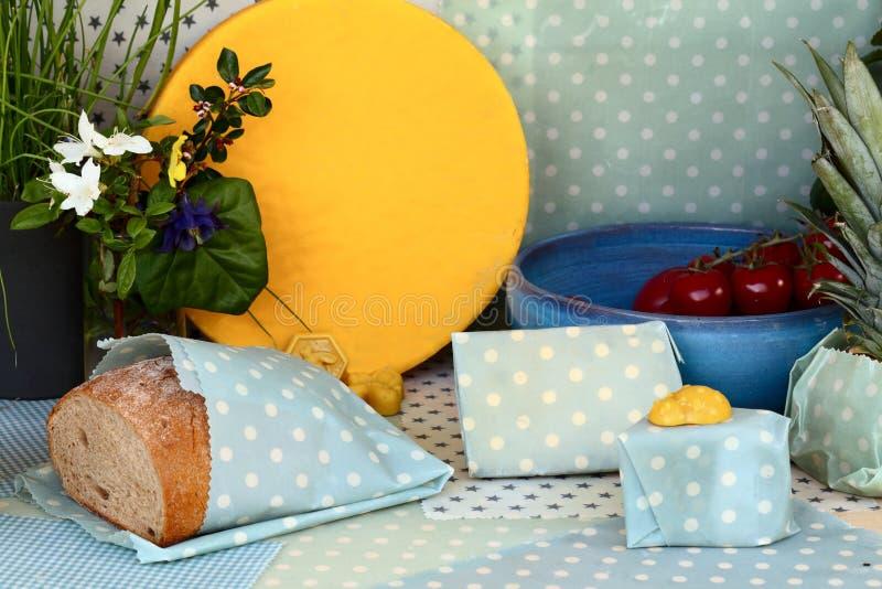 O queijo e o pão são embalados fotos de stock