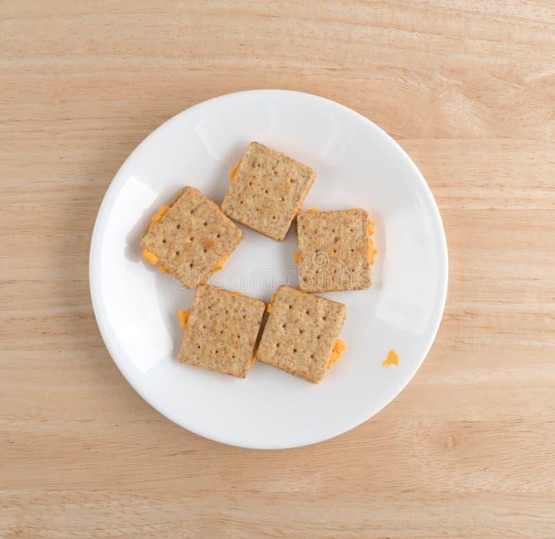 O queijo encheu biscoitos em uma opinião superior da placa branca imagem de stock
