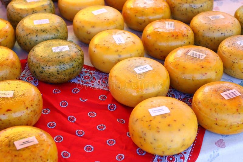 O queijo holandês delicioso no fazendeiros introduz no mercado 3/4 fotos de stock