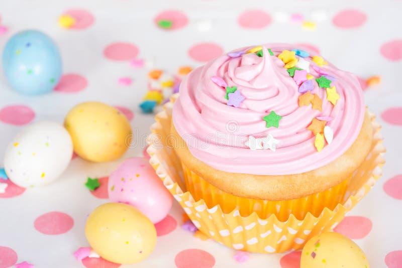 O queque cor-de-rosa da Páscoa com doces e polvilha imagens de stock royalty free