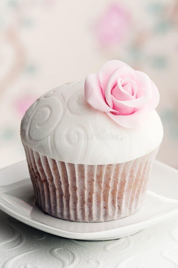 Download Queque de Rosa imagem de stock. Imagem de bolo, rosas - 29843727