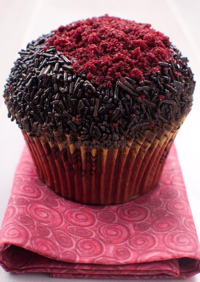 O queque do close up com polvilha e açúcar vermelho imagem de stock