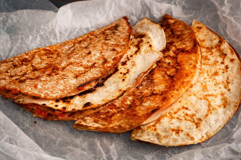 O quesadilla mexicano feito em casa é empilhado em um pergaminho imagem de stock royalty free