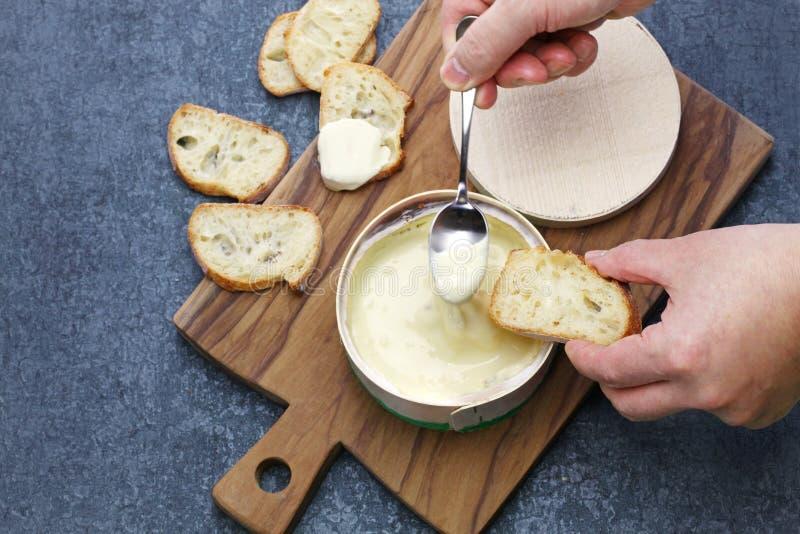 ` O queso francés del mont d del vacherin fotos de archivo libres de regalías