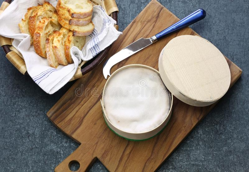 ` O queso francés del mont d del vacherin foto de archivo