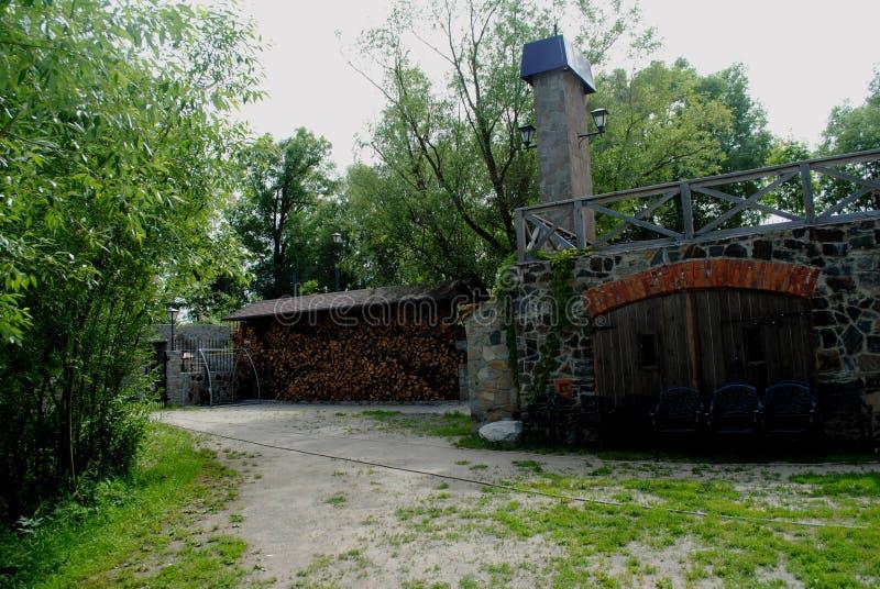 O quintal econômico de um castelo velho imagem de stock royalty free