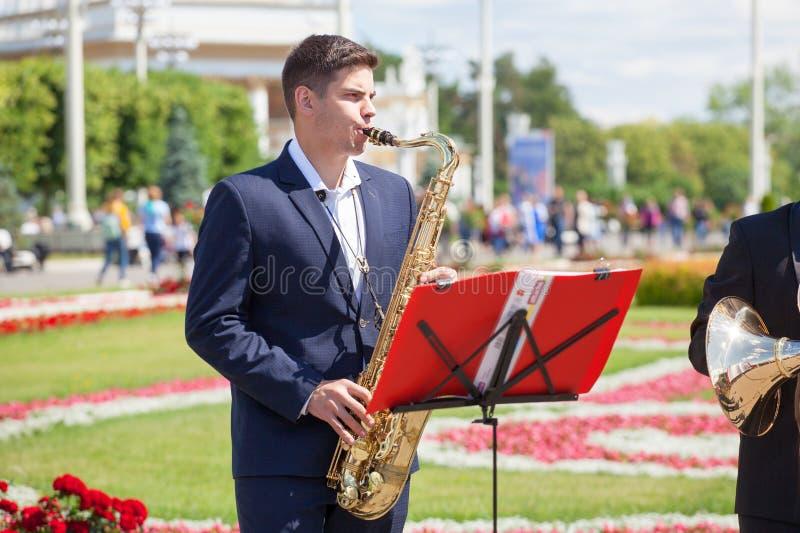 O quinteto clássico de instrumentos musicais de vento de bronze, orquestra da banda filarmônica nova da vida executa a música, sa imagem de stock royalty free